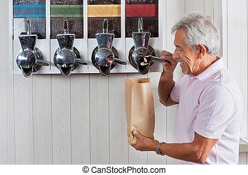 hogere mens, aankoop, koffie bonen, op, grocery slaan op