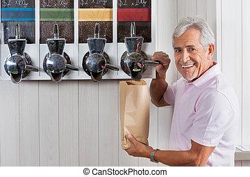 hogere mens, aankoop, koffie bonen, van, automaat