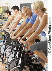 hogere mens, cycling, in, het spinnen, stand, in, gym