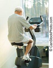 hogere mens, doen, oefening, op een fiets, in, een, fitnessclub