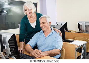 hogere mens, en, vrouw, het gebruiken computer, klassikaal