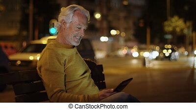 hogere mens, gebruik, digitaal tablet, dichtbij, straat, 4k