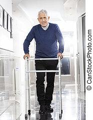 hogere mens, gebruik, walker, op, rehab, centrum