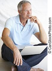hogere mens, gebruikende laptop, computer