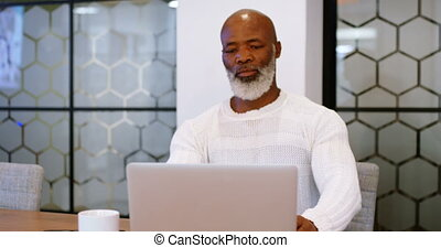 hogere mens, gebruikende laptop, in, conferentie kamer, 4k