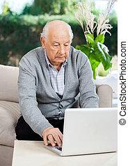 hogere mens, gebruikende laptop, op, verpleeghuis, portiek