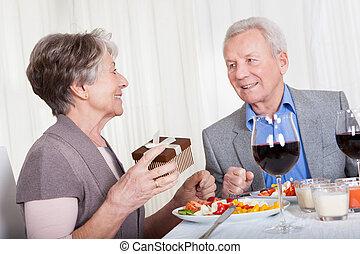 hogere mens, geven, cadeau, om te, oude vrouw