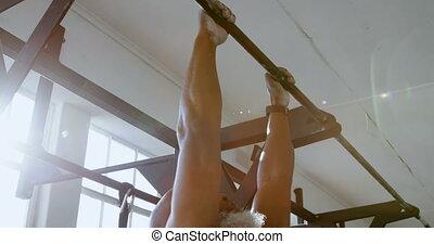 hogere mens, hangend, haal omhoog, bar, 4k