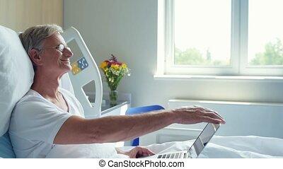 hogere mens, het liggen, in het ziekenhuis, bed, met, draagbare computer