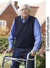 hogere mens, in, tuin, gebruik, lopend met vensterraam