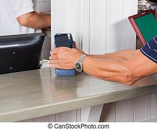 hogere mens, lonend, door, smartphone, op, toonbank
