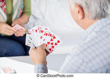 hogere mens, speelkaarten, met, vrouwelijke vriend