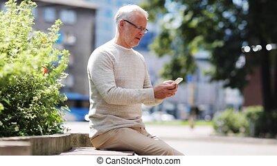 hogere mens, texting, boodschap, op, smartphone, in, stad