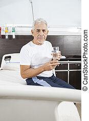 hogere mens, vasthouden, waterglas, in, rehab, centrum
