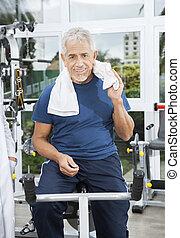 hogere mens, zittende , op, de fiets van de oefening, op, rehab, fitness midden