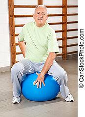 hogere mens, zittende , op, fitheid bal