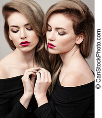 hohe mode, look.glamour, mode, porträt, von, schöne , sexy, brünett, m�dchen, weibliches modell, mit, hell, aufmachung, und, rote lippen, und, sie, reflexion, in, spiegel
