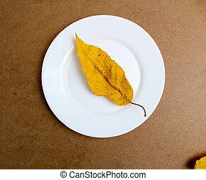 hoja otoño, blanco, plato., madera, plano de fondo
