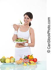 hojas, mujer que come, plato, ensalada