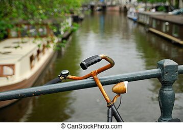 holandés, bicicleta, y, canal, en, amsterdam