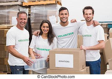 hold, i, frivillige, smil, kamera