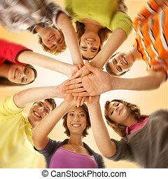 hold, i, smil, teenagere, blev, sammen, og, kigge kamera hos