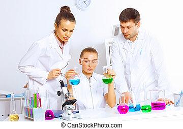 hold, i, videnskabsmænd, arbejder, ind, laboratorium