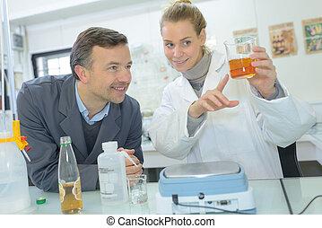 hold, i, videnskabsmænd, ind, en, laboratorium, arbejde på, kemisk, testing