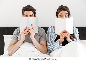holdingen, sittande, par, tillsammans, medan, böcker, nätt, lycklig
