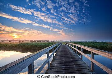 holzbrücke, aus, fluß, sonnenaufgang