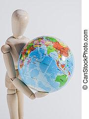 Holzpuppe und Weltkugel - Das Foto zeigt eine K?nstlerpuppe...