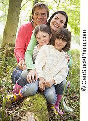holzstamm, familie, sitzen, wälder, draußen, lächeln