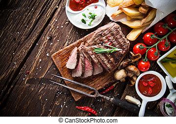holztisch, steak, rindfleisch