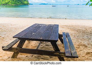 holztisch, und, bänke, auf, a, sandiger strand, auf, der, hintergrund, von, der, meer