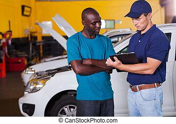 hombre africano, dentro, vehículo, taller