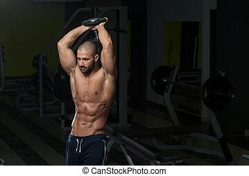 hombre, afuera, joven, trabajando, tríceps