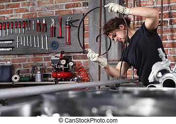 hombre, agarre, arte, banco de trabajo, tornillo, aprieto, llaves inglesas, concepto, diy, hogar, garaje, banco, trabajo, taller, lleno, metal