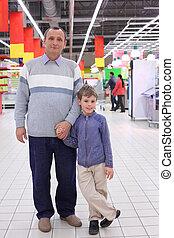 hombre anciano, con, niño, en, tienda