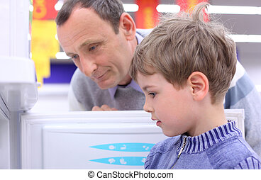 hombre anciano, con, niño, en, tienda, mirar, refrigerador