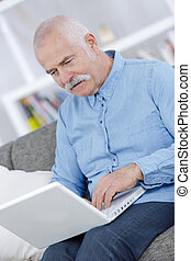 hombre anciano, en, internet