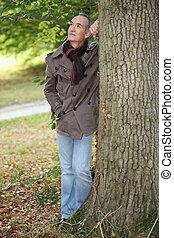 hombre anciano, inclinar, árbol