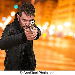 hombre, arma de fuego, señalar, joven