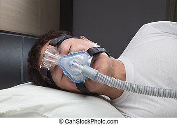 hombre asiático, con, sueño, apnea, utilizar, cpap, máquina