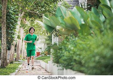 hombre asiático, corriente, y, ejercitar, al aire libre
