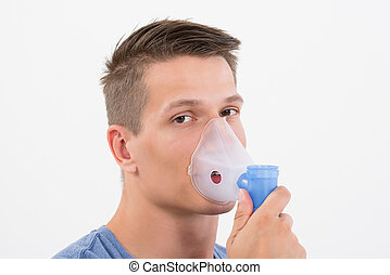 hombre, aspirar, por, inhalador, máscara
