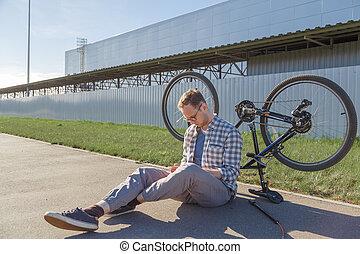 hombre, búsquedas, solución, bicicleta, malfunction., ...
