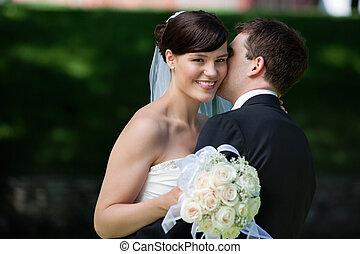 hombre, besar, esposa, en, mejillas