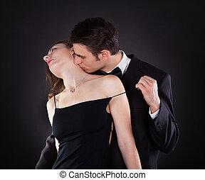 hombre, besar, mujer, en, cuello, mientras, el quitar, vestido, correa