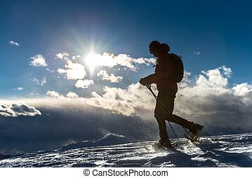 hombre caminar, en, el, nieve, con, raquetas