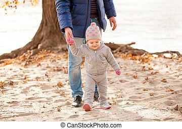 hombre caminar, en, playa, con, niña